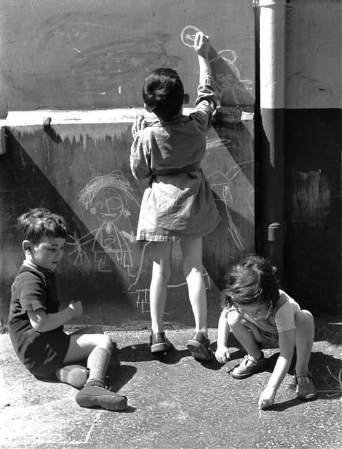 Dessins d'enfants dans une rue de Paris - Photographed by Denise Colomb 1953