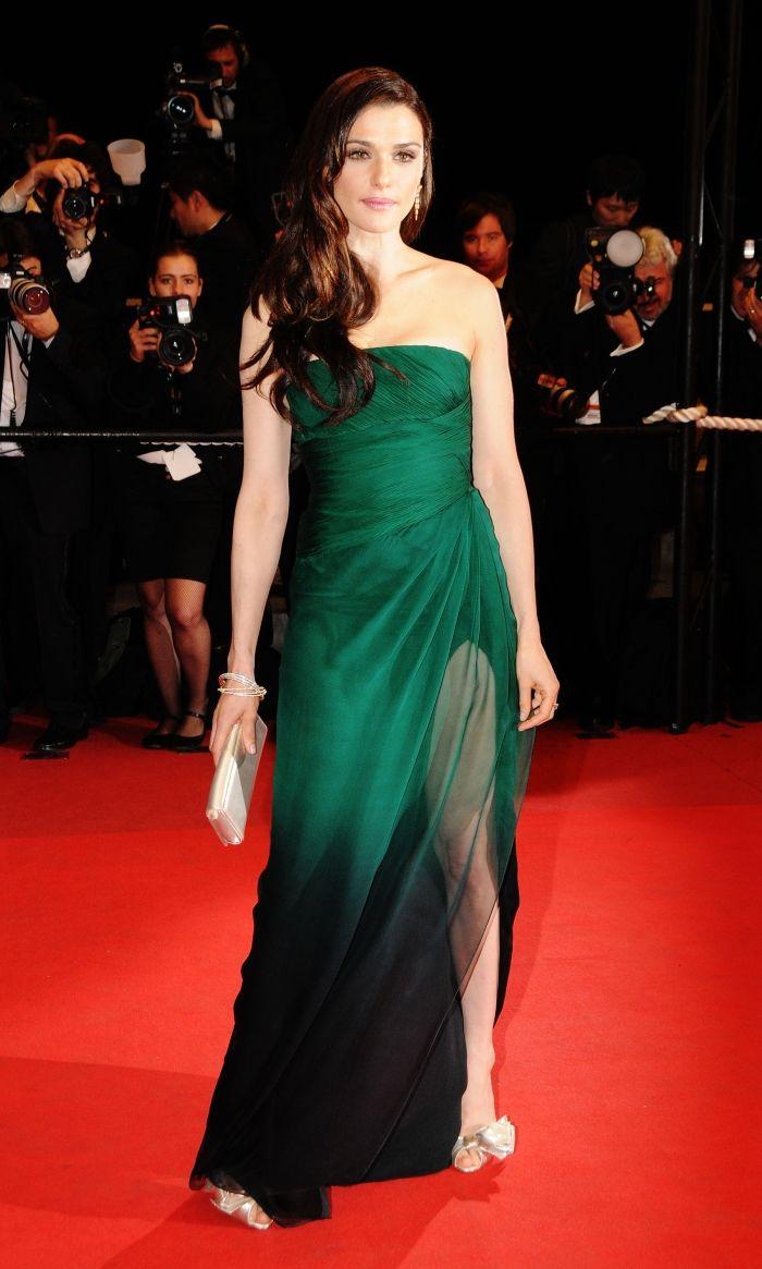 Рэйчел Вайс в зеленом платье-бюстье от Valentino с разрезом до бедра.