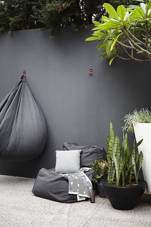 Ce qui a attiré mon regard sur cette terrasse : - la belle harmonie de gris sur les murs et les accessoires - les plantes vertes q...