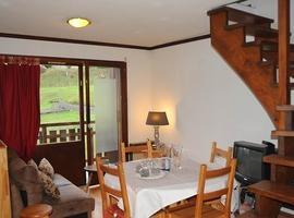 Dans le charmant village typique de SIXT-FER-A-CHEVAL, station du Grand-Massif, à 200m des pistes de ski, agréable duplex avec cuisine ouverte sur pièce à vivre, 2 chambres, balcon et cave.  Classe énergie: F