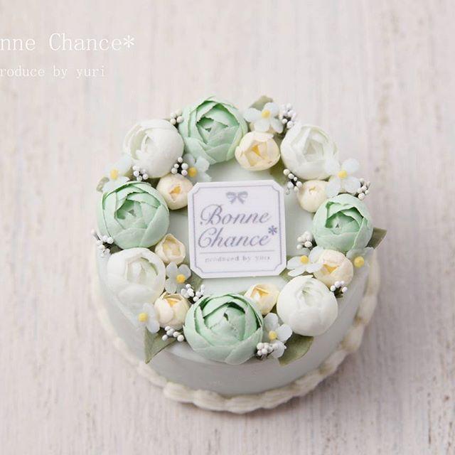 シュガーケーキのアップです🌹 . * 今回はグリーン×ブルーで作りましたが、 ピンク×パープルなんかも可愛いかなあ?😍 . * . *  #ミニチュア#ミニチュアフード #ドールハウス#ブライダル #ウェディング#ウェディングケーキ #ケーキ#シュガーケーキ#薔薇 #miniature#miniaturefood #dollhouse #bridal#sugarcraft#cake #wedding#weddingcake #ミニチュアアート展2016