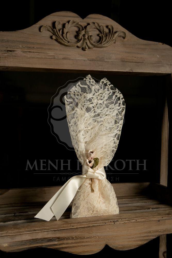 Μπομπονιέρα γάμου σε vintage ύφος δαντελένια με λουλουδάκια και σατέν εκρού κορδέλα. Amazing lace wedding favor with ivory satin ribbon and vintage flowers. #vintagewedding #vintagefavors #laceweddingfavors