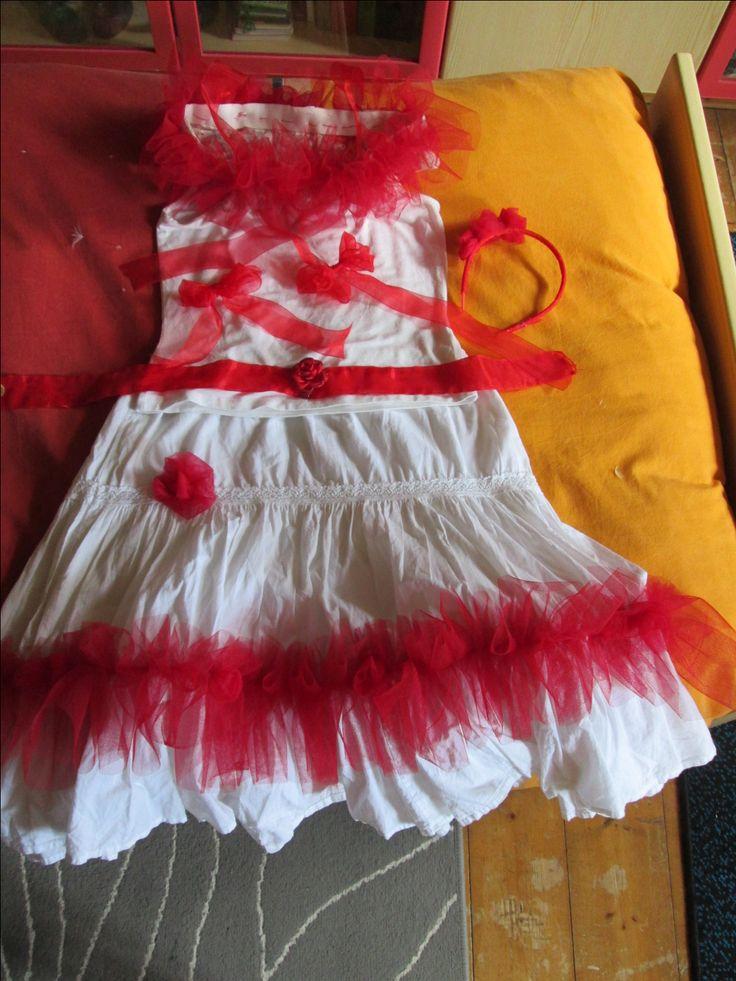 Modifica di un vestito di una bambina per uno spettacolo teatrale