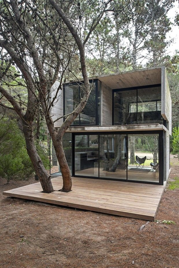 L'architecte argentin Luciano Kruk (pour retrouver les autres articles, cliquez ici) a conçu cette maison de vacances en béton brut au milieu des pins dans
