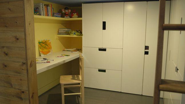 Située dans une cuisine, cette pièce faite sur mesure pour les enfants répond à tous les critères du design jeunesse.