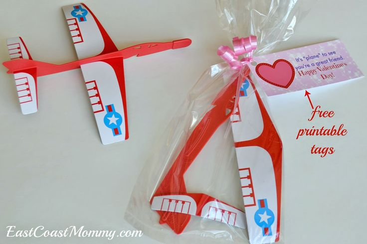 Fantastic non-candy CLASS VALENTINE idea... airplane valentine {with free printable tags}.