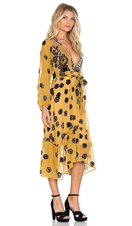 For Love & Lemons Heather Scarf Midi Dress en Amarillo Mostaza | REVOLVE