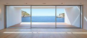 La finestra scorrevole di design senza telaio KELLER minimal windows crea concetti abitativi aperti che consentono la massima incidenza della luce