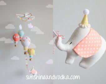 Elefante en un globo de aire caliente móvil de por sunshineandvodka