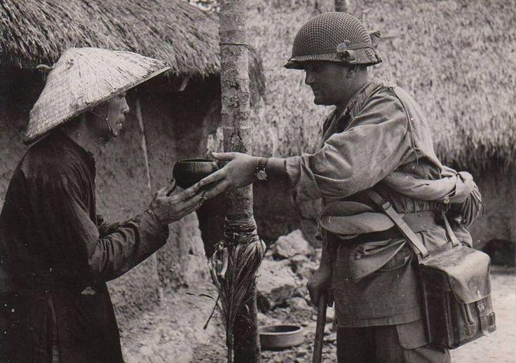 Le 10 Octobre 1953 - Opération de Nettoyage dans le BUI CHU - Un paysan donne à boire à un Légionnaire parachutiste.