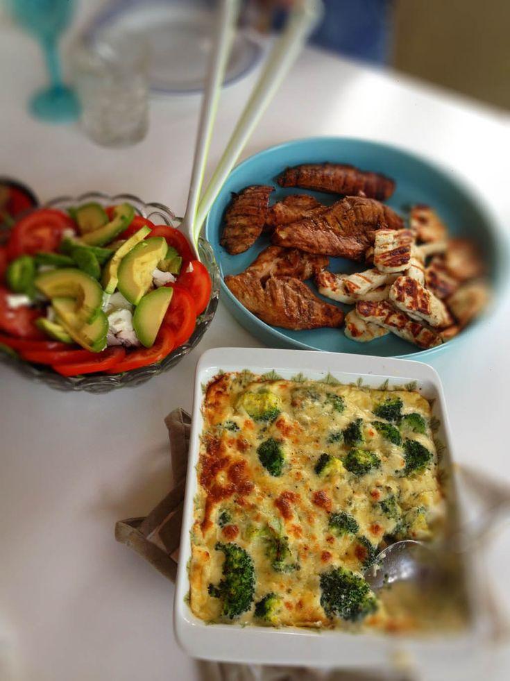 Ännu mer god mat. Och självklar LCHF rakt igenom! Ikväll blev det grillad kyckling och halloumi och ädelostgratäng. Den gratängen! En av de godaste LCHF-rätter jag ätit. Till efterrätt blev det vaniljkesella med blåbär och jordgubbar. Broccoli och ädelostgratäng Broccoli 1 bit ädelost 1,5 dl grädde 0,5 dl crème fraîche 2 ägg Salt + peppar Sätt ugnen på 225 grader. Koka broccolin 2-3 minuter. Blanda ihop ägg, grädde, crème fraîche och smulad ädelost. Salta och peppra. Lägg broccolin i en…