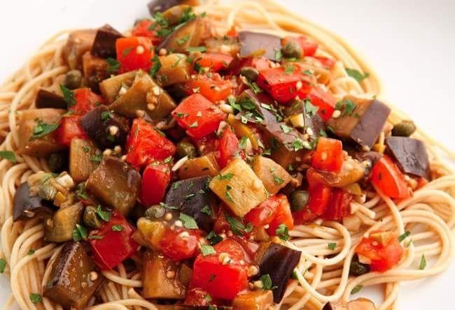 Gli spaghetti melanzane e pomodori sono un piatto semplice, sano e veloce da preparare.  #Sardegna #spaghetti #pomodori #melanzane #ricetta #ricette #cibo #food #foodrecipe #foodgasm #foodblog #foodstyling #foodforthought #tasty #cucina