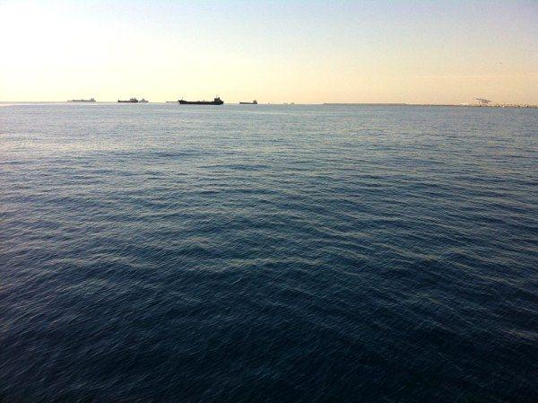 Cargueros atracados en la bocana del Puerto de Barcelona. Los puedes ver viajando en crucero, o en un paseo con las famosas Golondrinas #Barcelona #Golondrinas #Mediterréneo #ships #sea #bcn #mediterráneo #mar #barcos #horizonte #azul