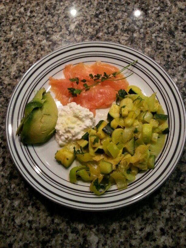 Gerookte zalm, huttekase,  1/2 avocado. De prei, courgette,  paksoi, roerbakken met kurkuma, peper en zout. Als laatste ongeklopte slagroom toevoegen. Smakelijk :)
