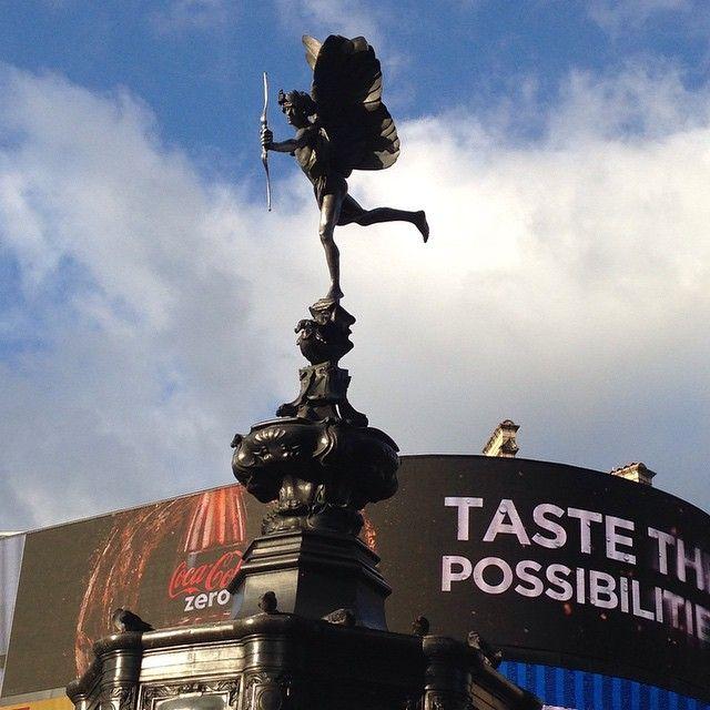 El Ángel de la Caridad Cristiana: La fuente de Picadilly Circus #picadilly #london #statues #aluminum #igers #sky #igerslondon