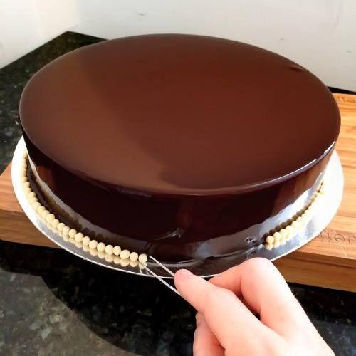 A Glaçagem de Chocolate é perfeita. Ela forma uma cobertura espelhada que confere charme e sofisticação aos seus bolos.
