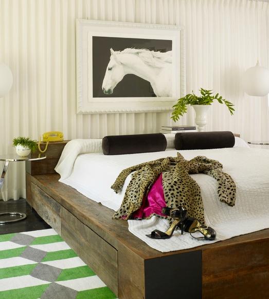 Хозяйка этой спальни увлекается верховой ездой. Раздеваясь перед сном, она любуется фото своего скакуна, а прикроватный коврик чем-то напоминает зеленые луга...