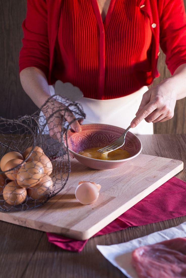 Il segreto per ottenere un'ottima #wiener #schnitzel è nella panatura, che deve ricoprire in maniera omogenea tutta la superficie della fetta di #carne! Cosa serve? Uova e pangrattato!