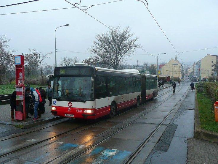 I Palmovka se ocitla náhle bez tramvají...autobusy náhradní dopravy využívaly tramvajové zastávky při celé kalamitě.