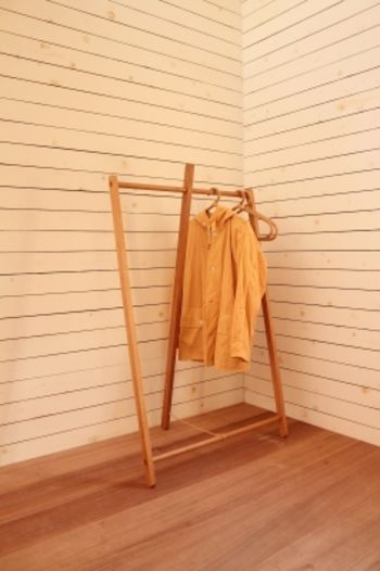 こちらはシンプルでユニークなフォルムの「Hanger Rack」。玄関先などお客様用に見えるところに置いておきたい、おしゃれなハンガーラックですね。