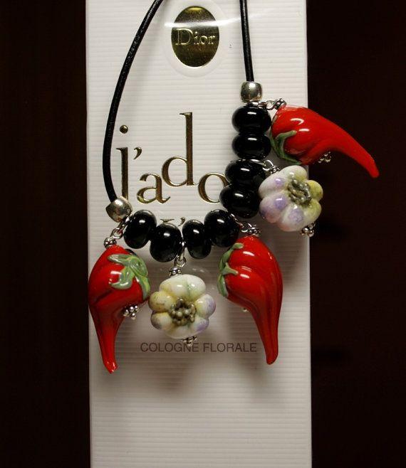 Collana in vetro con Pepi rossi e caldi e garlics, collana in pelle, collana con perle, gioielli di Murano, vetro artigianale