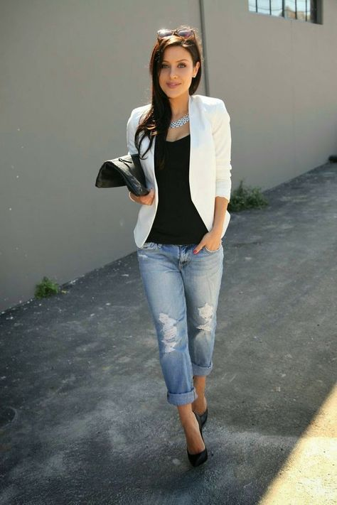 white jacket, black tank top, light blue boyfriend jeans with destroyed effects, black leather pumps f