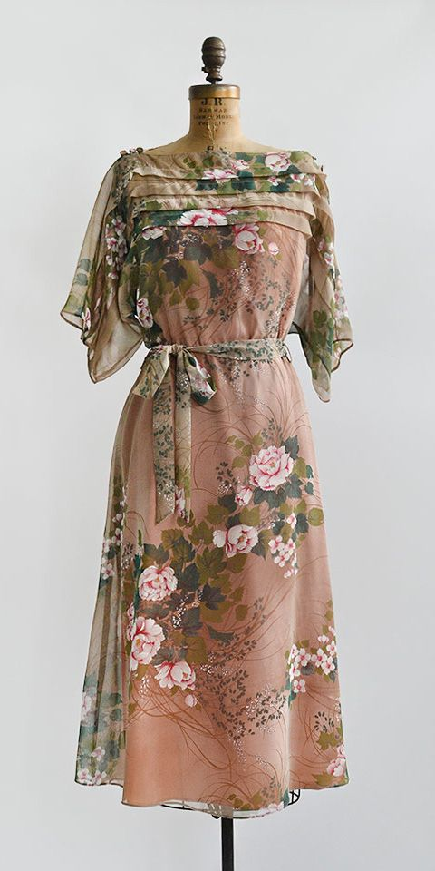 A Summer Pastorale Dress | vintage 1970s peach green rose cascade floral dress | www.adoredvintage.com