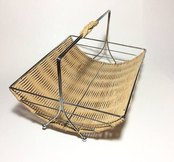 MidCentury chrome and wicker curved magazine rack. In good condition with light signs of wear.  Measures 11.5 long x 9.1 wide x 7.25 high