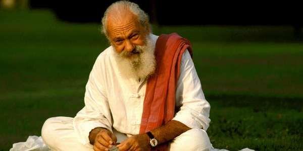 """Tiziano Terzani, uomo, giornalista, viaggiatore, ricercatore spirituale che non si è mai lasciato abbagliare dalle """"illuminazioni"""" facili e che ha sempre mantenuto i piedi ben saldi a terra anche sulle vette dell'Himalaya. Ormai dieci anni fa ha lasciato questo mondo, ma il suo ricordo è vivo in tutti noi grazie alle sue parole e ai suoi scritti."""