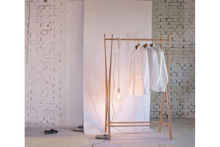 Porte-habits en bois Tra-Ra par la marque italienne ZILIO - Portant vêtements design et original pour la garde-robe de chambre à coucher, comme meuble d'entrée ou comme porte-serviettes dans la salle de bains.  #portehabitsbois #portantvetements #homedecor #interiors