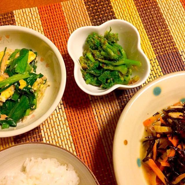 菜の花のおひたしは、ポン酢とかつお節で和えたあと、オリーブオイルで風味付けしました。 - 14件のもぐもぐ - ひじきの煮物、ニラ玉、菜の花のおひたし by anna214anna