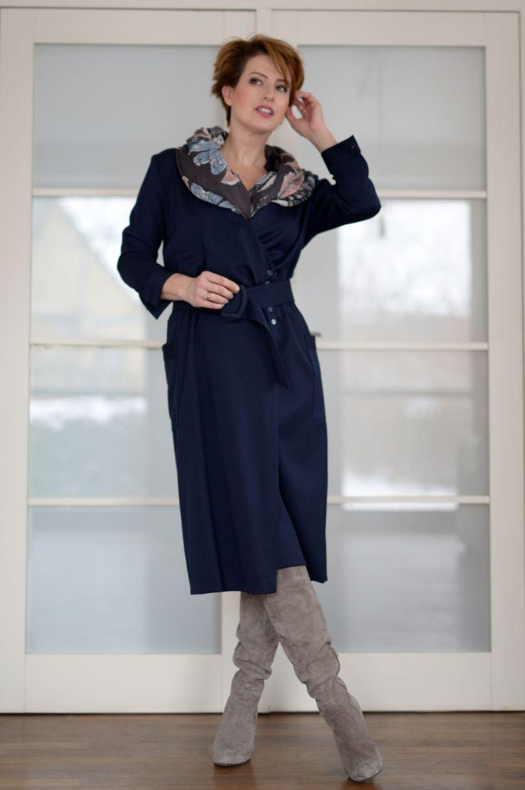 """Jeden z ulubionych fasonów sukienki już od lat. Szmizjerka. Czyli jakby za długa koszula. Moja jest połączeniem szmizjerki i sukienki zakładanej. Boczne zapięcie tworzy głęboki dekolt. No właśnie … Niekoniecznie zawsze wypada epatować otoczenie zawartością rzeczonego dekoltu, warto go czasem lekko """"ogarnąć"""". Można oczywiście włożyć pod spód top, ale charakter stroju zmieni się na sportowy, …"""