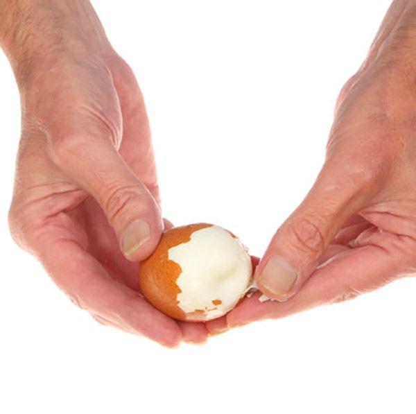 Aquí tienes 4 técnicas infalibles que os enseñarán cómo pelar huevos duros fácilmente, y algunos consejos que nos lo harán más fácil.