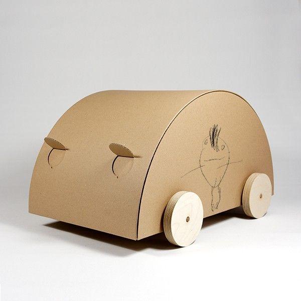 KAARA je kartonovou hračkou a úložným prostorem v jednom. Děti si mohou autíčko pomalovat či polepit dle své libosti, převážet a ukládat své poklady. Střecha auta je uvnitř vyztužena, aby vydržela tlak na ni vyvíjený při manipulaci. Dřevěná kolečka jsou osazena na dřevěných osách ukrytých v konstrukci auta.  Barva: natur Rozměry: 50 x 30 x 30 cm Materiál: dřevo, karton