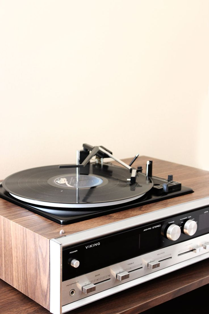 De oude platenspeler van mijn ouders gaat sowieso weer van zolder gehaald worden voor mijn nieuwe huis! Dat knusse geluidje van krakende platen :)