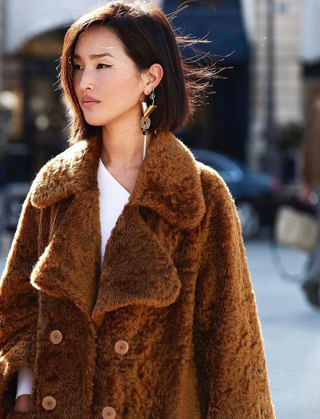 Envie d'un opulent manteau en fausse fourrure chocolat... (manteau Vika Gazinskaya - photo Nicole Warne)