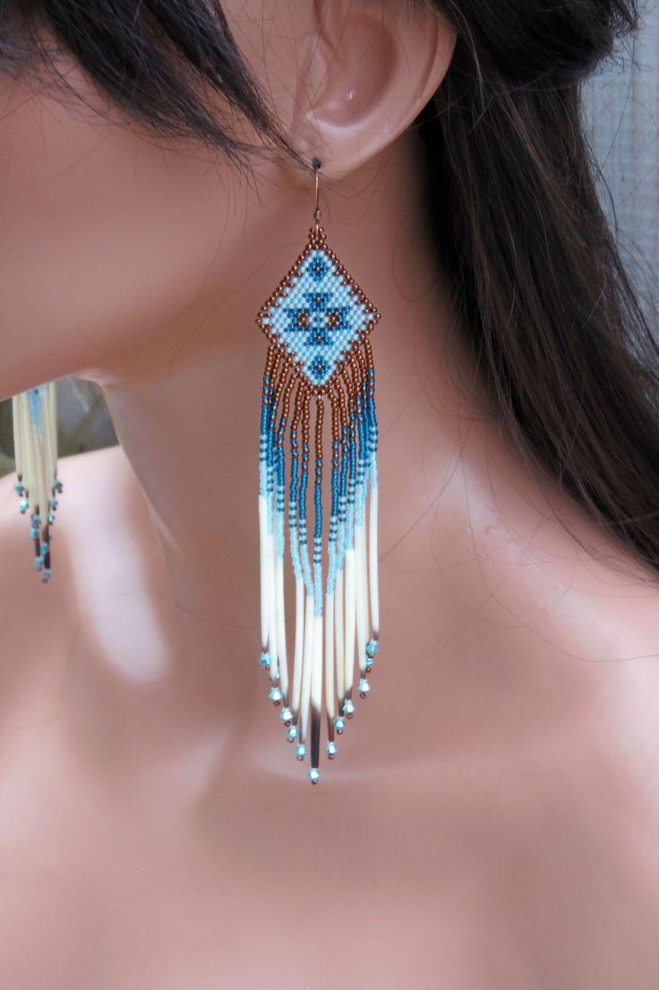 Perlés à la main avec des perles plus disponibles, ces boucles d'oreilles uniques sont faites en sombre bleu/aqua cuivre, lumière et couleurs bleu-vert profond. La frange comprend quill porc-épic authentique dans leur couleur naturelle et cristaux de Swarovski aurora borealis bicone turquoise pour le parfait, accrocheur brillent. Ces boucles d'oreilles sont 5 7/8 de long, y compris les fils d'oreille cuivre antiques et un pouce de large. J'ai utilisé au point de brique (également appelé un…