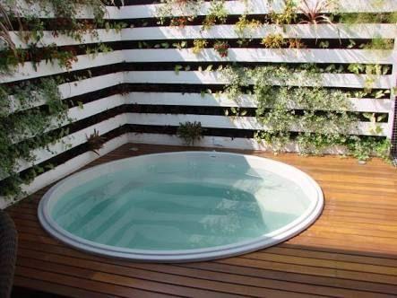 Resultado de imagen para piscina de fibra com deck de madeira