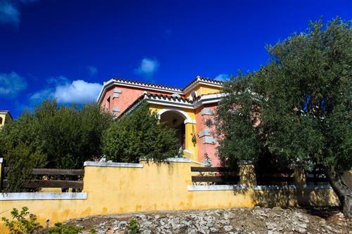 VENDESI CARATTERISTICA VILLETTA SARDA CON 3 CAMERE E PARTICOLARI ESTERNI IN GRANITO.  #sardegna #immobiliare #vendita #case #villette #agenzie #budoni #santeodoro