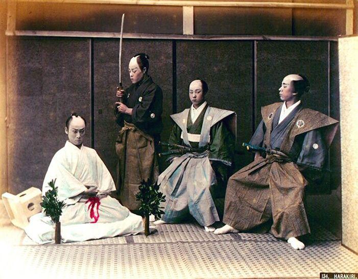 Samurai (1853). logo após  o Japão ter finalmente aberto as  portas para o comércio internacional, capturam os samurais em seus dias finais. Em 1868, com a restauração da era Meiji e o fim do feudalismo, a classe dos samurais foi proibida e dissolvida.