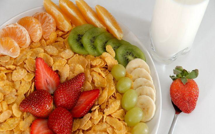 кукурузные хлопья, клубника, банан, апельсин, киви, виноград, мандарин, молоко