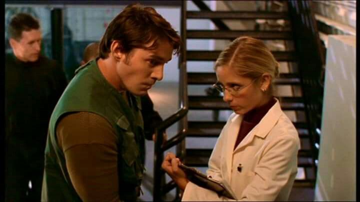"""Xander: Presto, presto, fingi di amoreggiare!  Buffy: Cosa? Ma che diavolo ti salta in mente?  Xander: Io... Lo sai, anche nei film, lui e lei, quando cercano di nascondersi...  Buffy: Ti prego, vuoi attirare l'attenzione e farti scoprire? Questa è l'Organizzazione, Xander! I soldati e gli scienziati non amoreggiano tra di loro!  Xander: Forse è per questo che il mondo va male, ci hai mai pensato?  (""""Buffy"""")"""