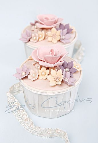 Cupcakes with flowers in ivory, lilac and pink.