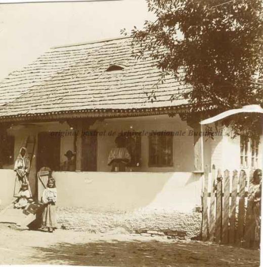 BU-F-01073-1-07561-86 Ţărănci pe prispa unei case, 1902-1920 (niv.Document)
