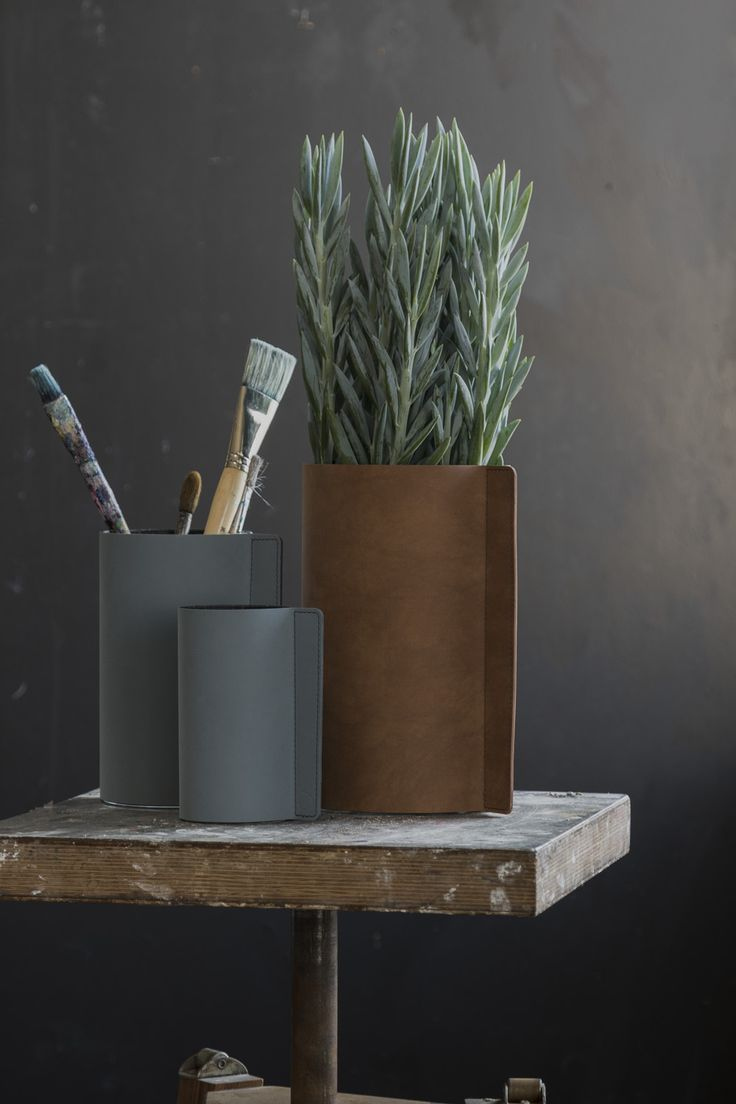 BLOCK VASE comes in four different sizes and 12 different leather colors.