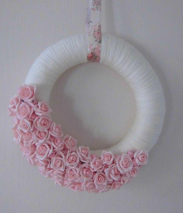 Witte krans met roze foamroosjes , roze eitjes en een bijpassend lint om de lente in te luiden!  Liefs van Lotte is ook te vinden op facebook ( Liefsvanlotte )