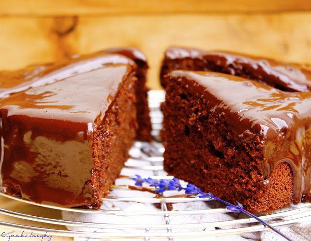 BIZCOCHO DE CHOCOLATE (Thermomix) Para el bizcocho: 6 yemas de huevo 130gr. de azúcar blanco 4 claras de huevo 60gr. de harina de todo uso 30gr. de cacao en polvo sin azúcar 50gr. de harina de almendras 60gr. de mantequilla unas gotas de zumo de limón * Para la cobertura: 100gr. de chocolate negro al 70% de cacao 100ml. de nata para cocinar o montar 20gr. de miel