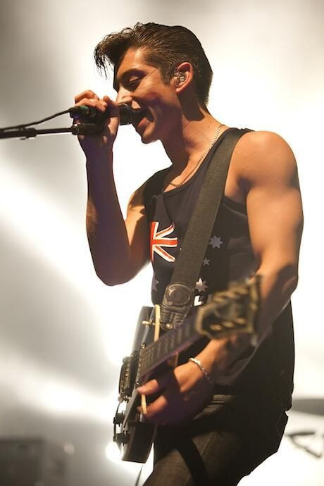 Alex Turner, where have you and your beautiful biceps been my whole life? #ArcticMonkeys  I have such a unhealthy obsession with Alexxxxxxxx <3