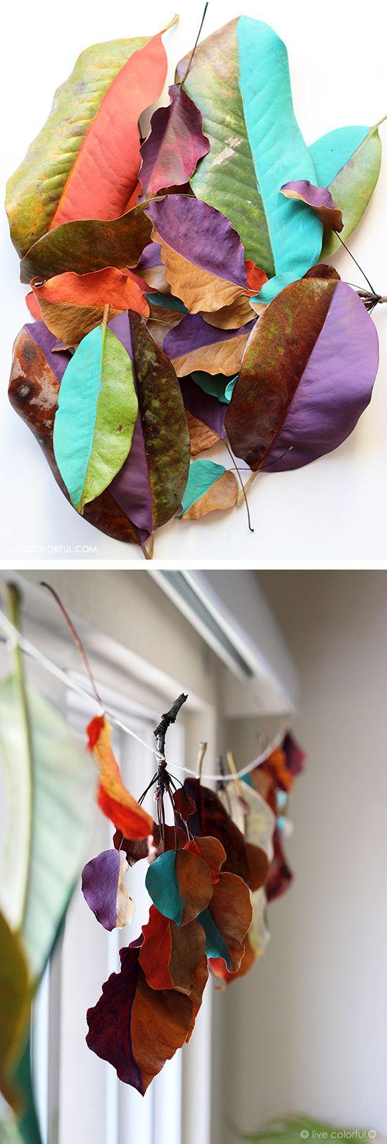 Haz una guirnalda de hojas secas pintadas de colores. Dos sencillos pasos y tu también puedes recrear esta idea sencilla y original para decorar tu casa este otoño! | LiveColorful.com/es #LatinaBloggers