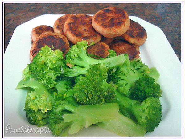 Bolinho de Atum Assado  Usei 2 batatas médias cozidas e amassadas, 1 lata de atum (em água) escorrido, 4 azeitonas sem caroço picadinhas, 1/4 de cebola e 1 dente de alho picados bem miudinhos, 1 colher de sopa bem cheia de farinha de trigo, 1 colher de azeite, glutamato (vulgo:aji-no-moto), sal, pimenta branca moída (aí cada um usa o tempero que preferir).